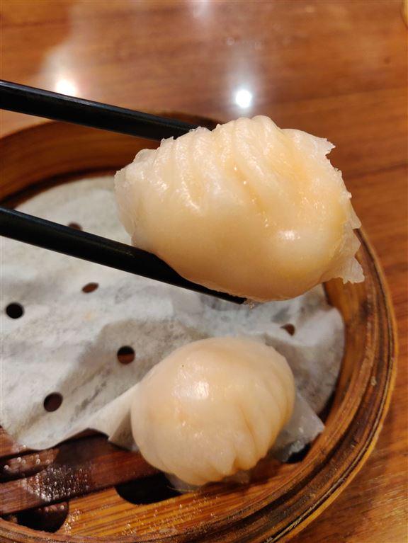 蝦餃皮用人手擀,並以刀拍餃皮,所以餃皮特別薄,而且晶瑩剔透。內餡鮮蝦彈牙,唯小編覺得調味嘅胡椒重手咗少少,搶走咗蝦嘅鮮味。