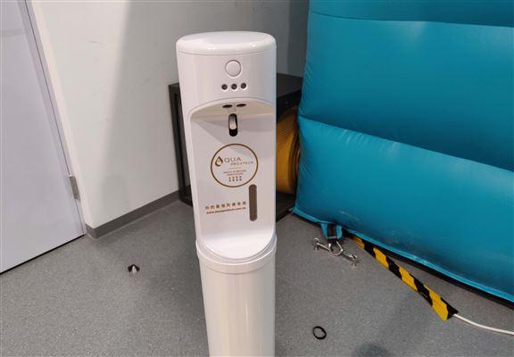 會場內提供消毒設備及用品,方便參加者消毒防疫。