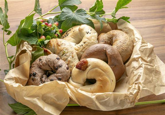 貝果口味選擇多,包括紅茶、雜果等,而且採用特殊製法,咬落鬆軟,有別一般貝果口感。