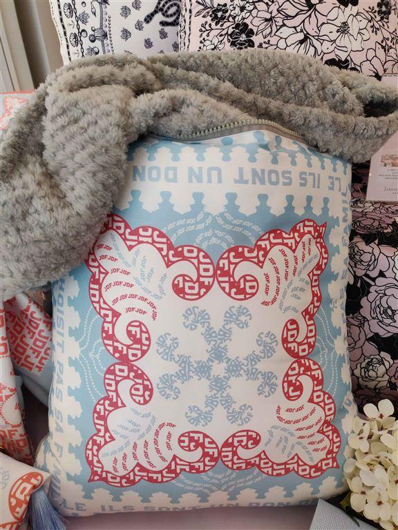 打開抱枕就變成一張觸感柔軟嘅珊瑚絨被。