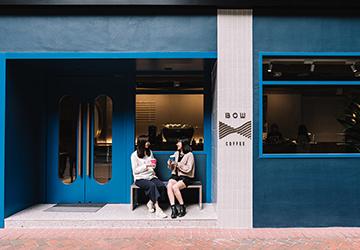 Bow Coffee裝潢以藍綠色為主調,形象鮮明突出。