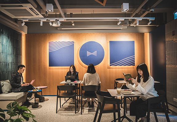 Bow Coffee營造出簡約溫暖的共聚空間。