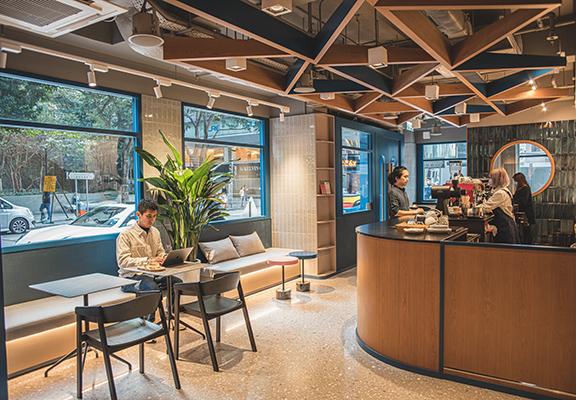 Bow Coffee為繁忙嘅香港人帶來喘息休閒嘅空間。