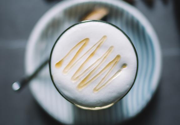 「Bow Coffee 煲咖啡」選用採自香港本地原生樹嘅原蜜製作,咖啡嘅甘苦味突出咗蜂蜜嘅花蜜味,增添「蜂」味。$ 48