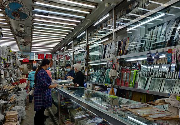梁添刀廠係一間刀專門店,各式各樣嘅刀都可以喺度搵到。