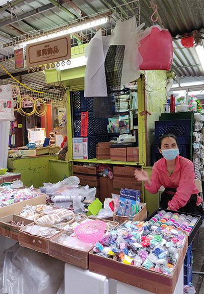 人稱棚仔嘅欽州街臨時小販市場係一個以鐵皮和帆布搭建而成嘅布料市場,已有40多年歷史。喺呢度可搵到各式布料及縫紉配件,價格便宜。圖中係其中一個攤檔——華興飾品。