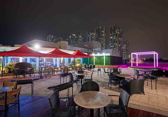 外區人搭車嚟呢個燒烤樂園,坐港鐵在沙田站落車,穿過新城市廣場,步行數分鐘即可到達。