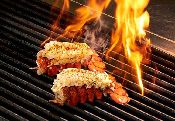 海鮮食材選擇有很多,人氣之選有肉質肥美嘅美國龍蝦尾。
