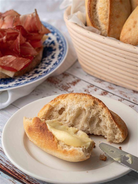 法式麵包塗上牛油,佐餐嘅百搭選擇。