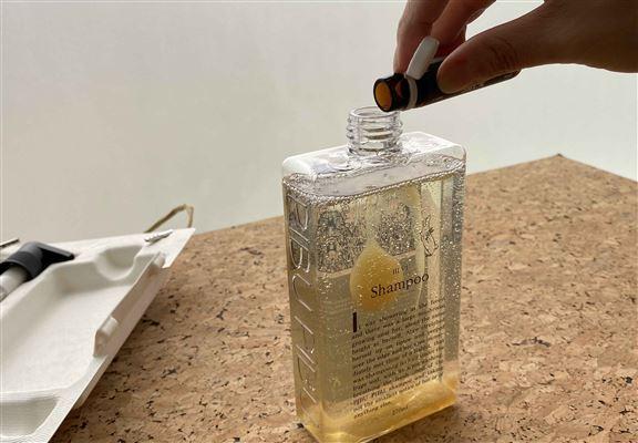 首次使用時,先把活萃功能安瓶內嘅精華倒入洗髮露內,蓋上蓋後搖搖樽身,進行簡單混合。