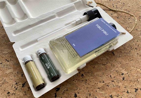 打開包裝盒,內有一瓶基礎洗髮露、兩小瓶活萃功能安瓶、一個泵頭。