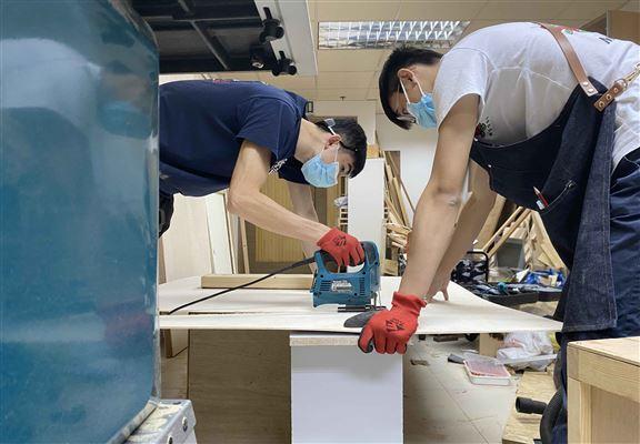 Patrick和Ben感謝逗木 (IG@dau_wood)借出場地及指導木工技巧,才能成功製成「隨意門」。