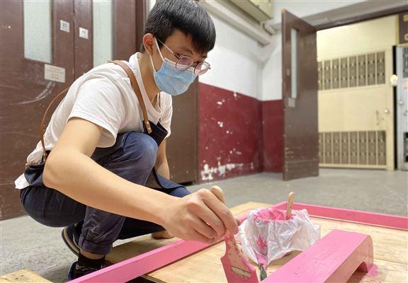 把木門漆上經典嘅粉紅色。