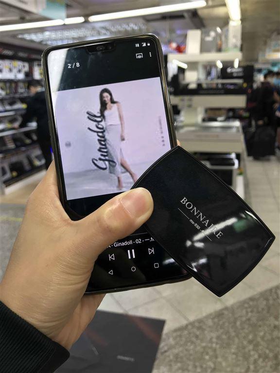 小編身處嘈吵嘅黃金商場,戴著BONNAIRE MX-930聽歌,覺得耳機隔音做得幾好。