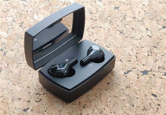 耳機盒同時係電池盒,而且內有小鏡子。