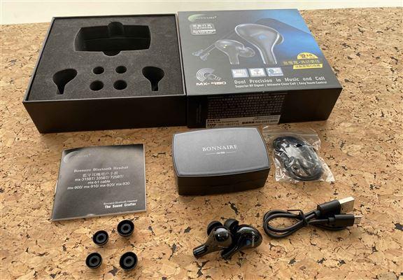 BONNAIRE MX-930真無線藍牙耳機開箱,內有耳機、電池盒、頸繩、USB充電線、兩對耳膠及說明書。