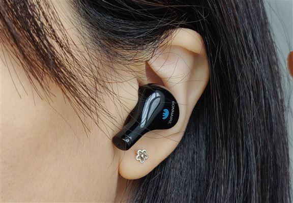 小編試戴耳機,覺得頗貼合耳蝸,倍感舒適。短柄設計,美觀之餘收音強勁。