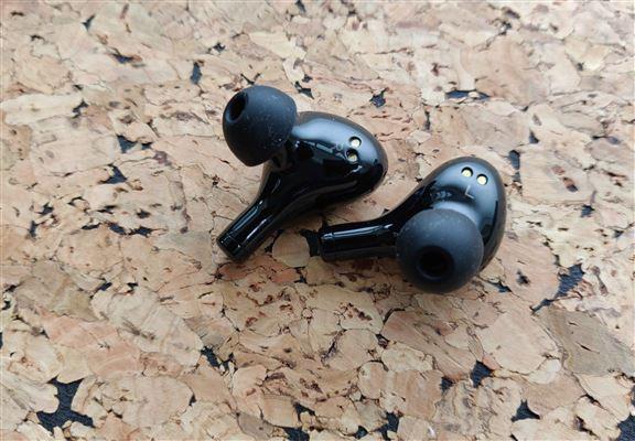 若果身處嘅地方噪音太強,擔心戴住耳機通話收音不夠清,可以使用特定嘅都市模式通話。