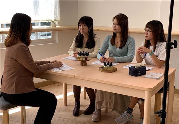 本木序開辦「中藥養宮瑜伽工作坊」,瑜伽導師教導養宮式子及按摩手法。