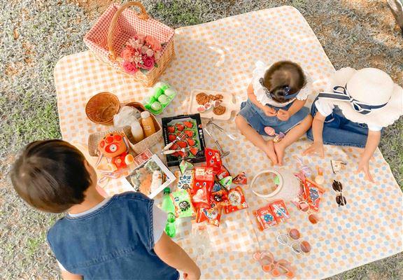 媽媽帶小朋友去野餐進行親子活動,只要預約,便可在最近野餐地方嘅鐵路站取籃,非常方便。