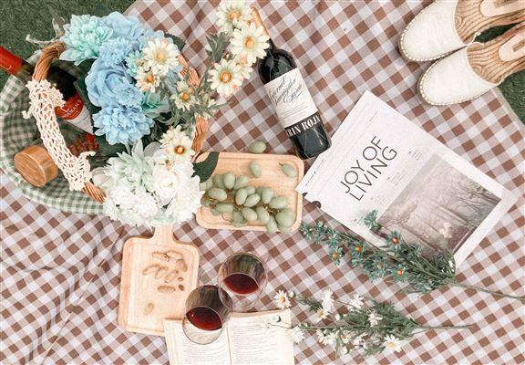 野餐籃包仿真花束,打卡構圖更美。