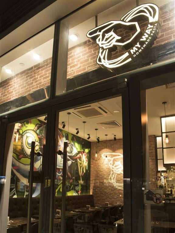 My Way Cafe經常播著店主Joey最喜歡嘅Beyond 歌曲。