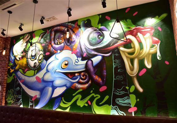 由於店主喜歡塗鴉藝術,特別請來AfterWorkshop本地塗鴉畫家繪畫,在主題牆畫上店主最愛嘅貓頭鷹、海豚和變色龍。