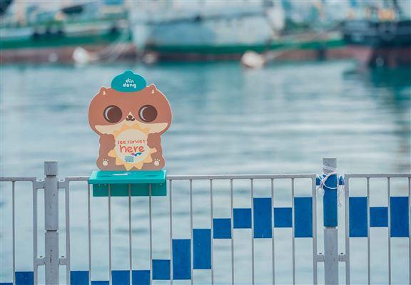 好多人平時鍾意拎杯咖啡去海濱chill下睇風景。有咗呢個設置喺欄杆上嘅癲噹咖啡枱,興起想打卡,要搵個地方放低個杯就方便好多啦!