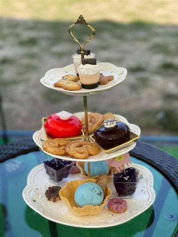 以蝶豆花為主題嘅甜品三層架,當中有多款自家製西式糕點、甜品、曲奇及蝴蝶酥。