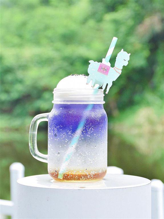 蝶豆花特飲,紫藍色俾人感覺好夢幻,飲管上有羊駝剪影裝飾,配合親親羊駝主題。