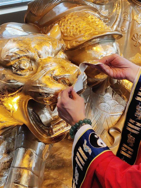 金箔可貼在殿內五路財神神像頭頸以下任何地方。