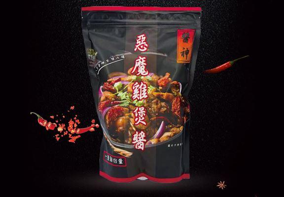 本地辣雞煲醬以超過30款材料秘製,,麻辣勁道十足。