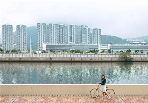 城門河畔為香港最長嘅人工河道,亦與沙田區發展一脈相連。