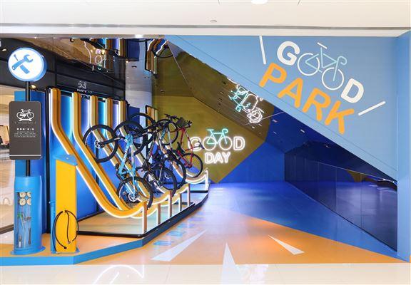 商場新開設嘅【單車加「友」站】,內有單車泊架,踩到攰想入商場食啲嘢補充體力,可以將單車泊喺度。