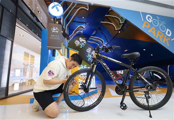 加油站設有單車泊架及DIY維修小工具,大家可即時為單車輪胎充氣、調較零件及seat位。