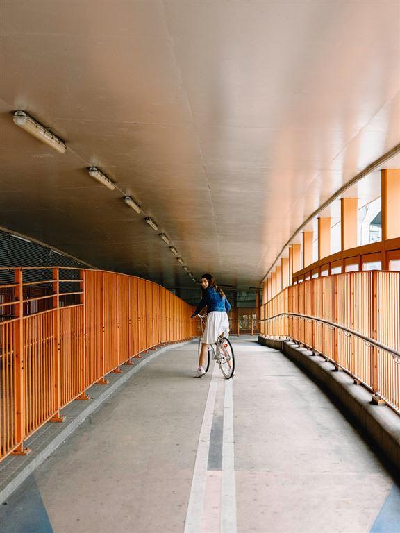 想在「橙色天橋」打卡效果更好,秘技係著藍色衫。