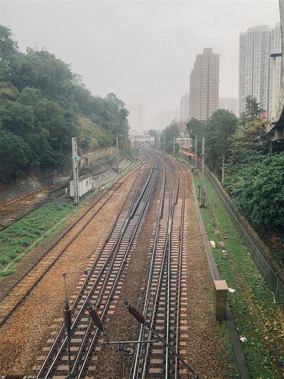 在橙色天橋上,可以欣賞到鐵道路軌景色,亦可感受到列車經過時嘅震撼。