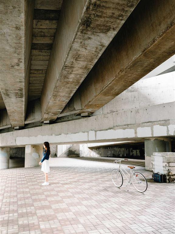 在天橋底下企喺陽光映照嘅位置,可以影到猶如被舞台燈光照著嘅個性照片。