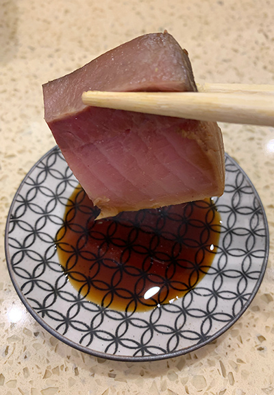 師傅自家秘製醬油,提升海鮮魚產嘅鮮味。