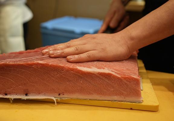 優質大吞魚腩由日本直送到港,師傅收到後立即處理,確保新鮮。