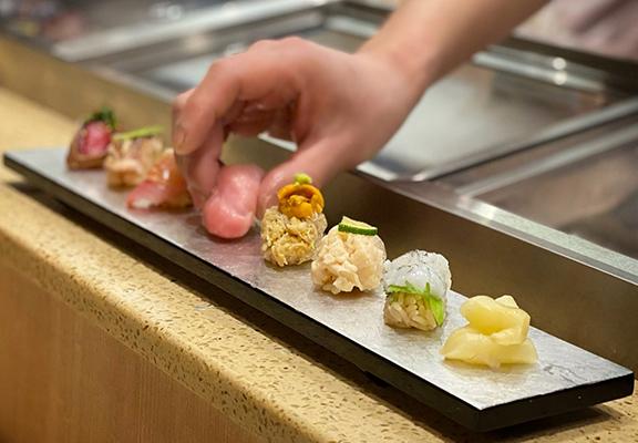 OMAKASE特色係無菜單,師傅會先問客人嘅飲食習慣,然後席前製作配對客人口味和喜好嘅菜式。