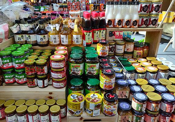 疫情令很多人多咗入廚,呢度有各式台灣調味品,讓你發揮廚藝細胞。部分調味品更係素食,市面較少買到。