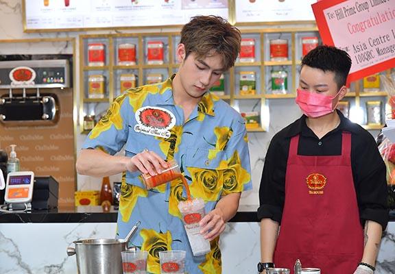 中環新店邀請到新晉男神魏浚笙Jeffrey擔任星級店長,示範調配招牌茶飲。
