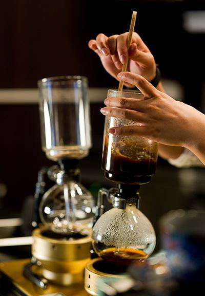 虹吸咖啡與其他咖啡沖煮方式相比,咖啡萃取嘅時間雖然較短,卻在沖煮過程讓咖啡豆持續加熱並以對流方式浸泡,更能引發出咖啡嘅濃厚味道。