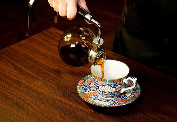 Sonia Coffee店員會把虹吸咖啡壺提到客人面前,為客人將咖啡倒進自選嘅咖啡杯具,讓顧客體驗日本地道式招待。
