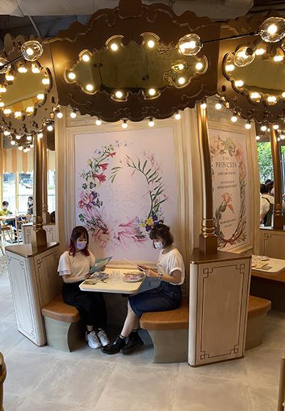 餐廳特設旋轉木馬用餐卡座,令人感覺像置身遊樂場,心情放鬆。