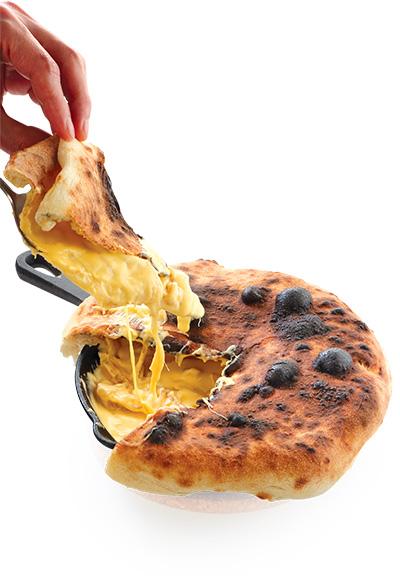 芝士洋蔥餡餅Dirty Pizza 能夠做出「邪惡芝士拉絲」,最叫人回味。$198