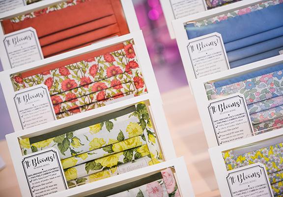It Blooms!使用倫敦Liberty頂級布料人手製作精品手工布藝,推介有期兩款間限定全新圖案的口罩和頭帶。