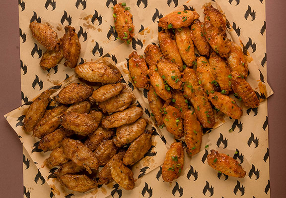 雞翼有兩種口味:香辣水牛城及堪薩斯城燒烤風味。 $88 / 8隻;$188 / 18隻;$238 / 24隻; $468 / 48隻