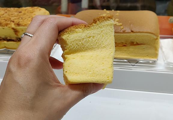 古早味蛋糕質感綿密具彈性,而且比較濕潤。